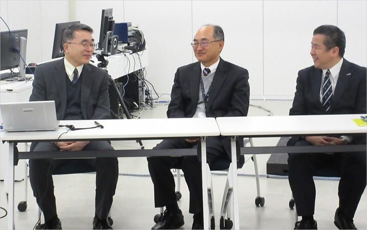 当日の様子 左から) 佐藤教授、野村プロジェクトリーダー、パナソニック株式会社 酒井氏